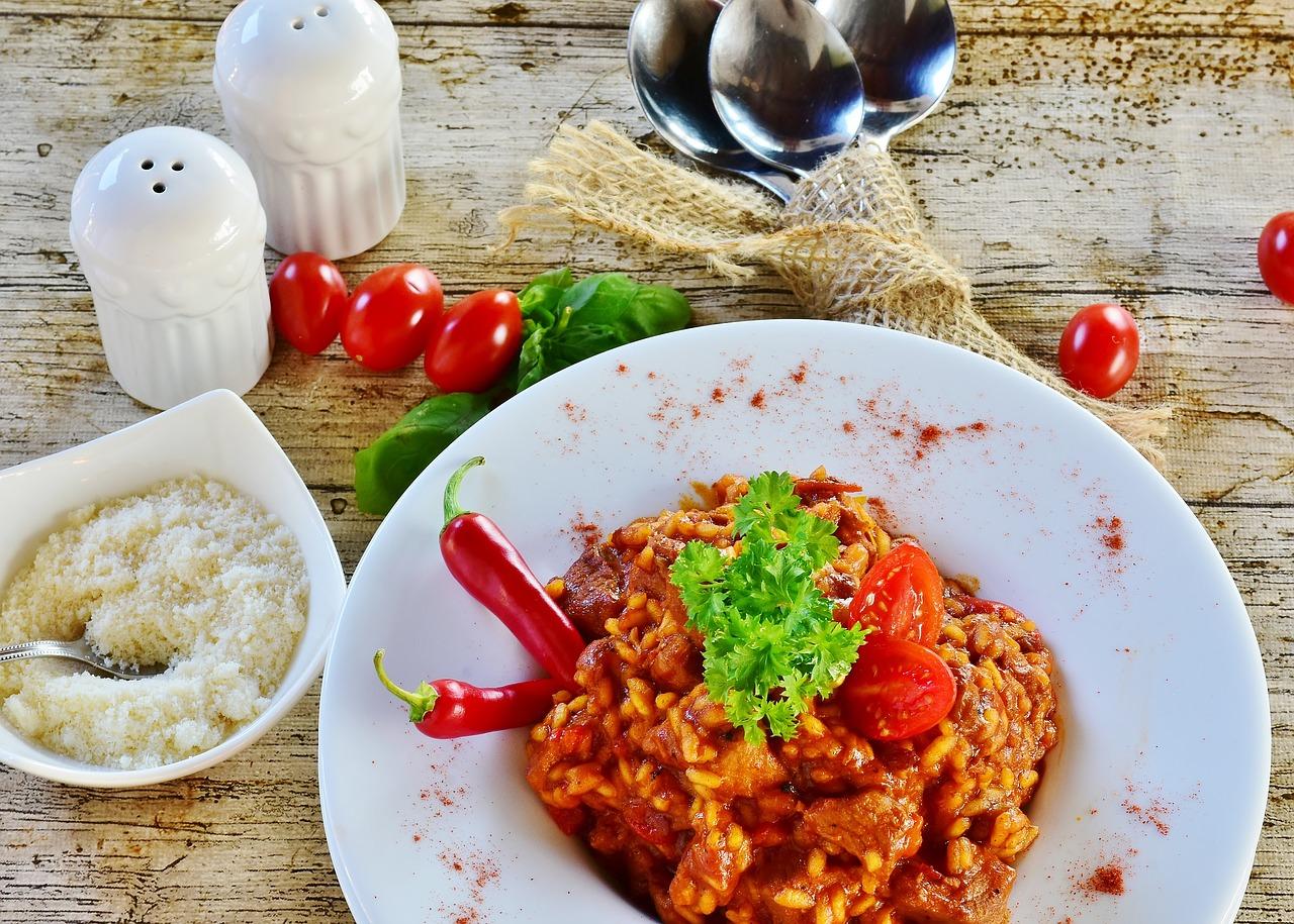 Rýže s kuřecím masem je jedna z vhodných variant předtréninkového jídla