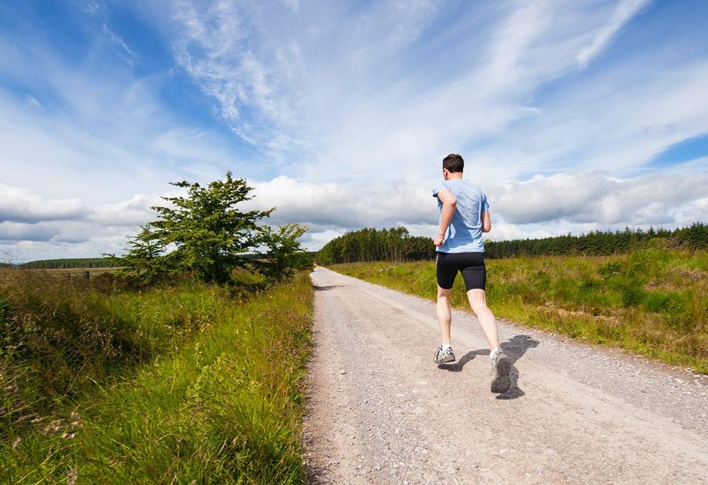 Běhání, pro někoho rychlochůze, je skvělým kardiem